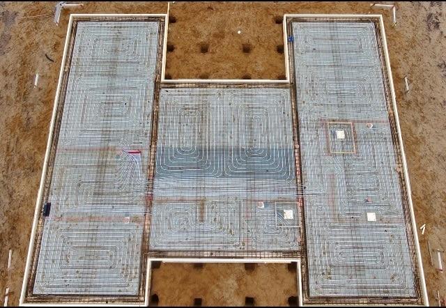 Die Fundementplatte mit noch sichtbarer Fußbodenheizung